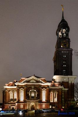 Die Hamburger St. Michaelis Kirche bei Nacht  Das heutige Gebäude ist bereits der dritte Kirchenbau an dieser Stelle. Der erste Grundstein an der heutigen Stelle wurde 26. April 1649 gelegt.